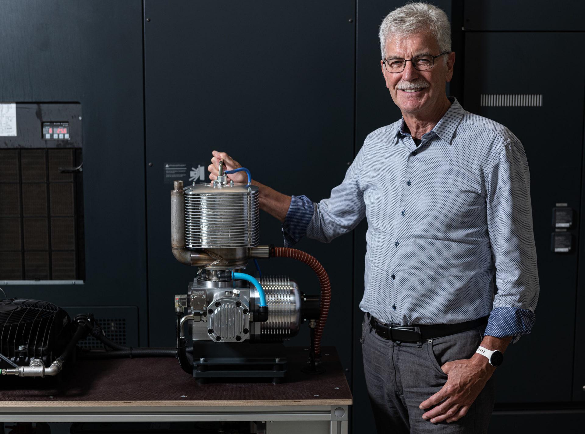 Josef Frauscher mit dem Stirlingmotor MobilGen®70